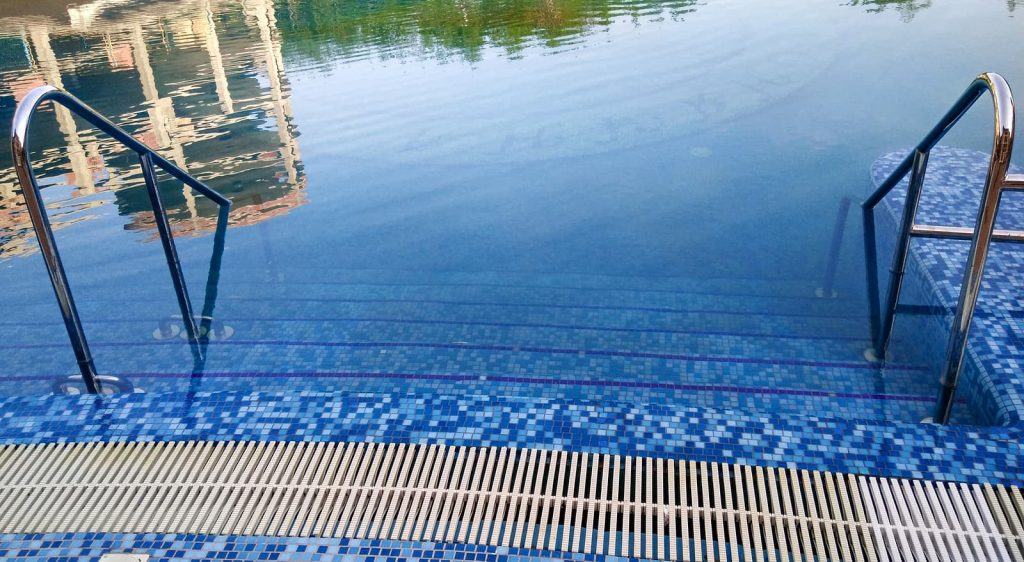 bigstock-swimming-pool-ladder-entry-out-237027709-1024x562